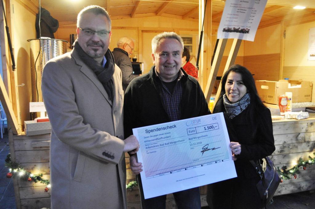 Sevda Sakiner und Stefan Kozole von COTUR übergeben den Spendenscheck an Horst Hoffmann (Mitte)